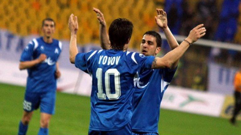 Христо Йовов получава поздравления от Владимир Гаджев, който му подаде за първия гол