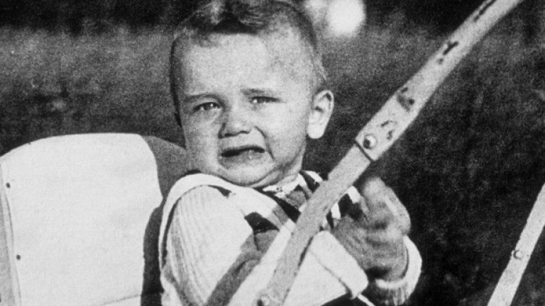 Шестмесечният Арнолд Шварценегер в семейната градина през март 1948 година в Тал, Австрия.