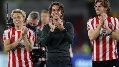 Мениджърът Томас Франк и футболистите на Брентфорд празнуват успеха с 2:0 над Арсенал