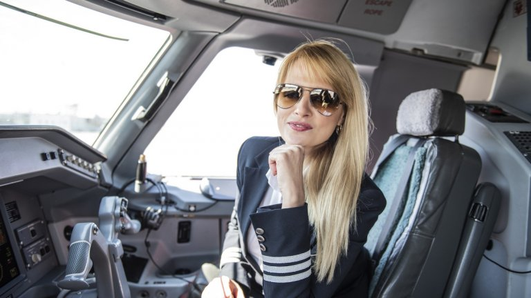 а първи път се качва в пилотската кабина (но не като първи пилот) при полет от София до Будапеща.