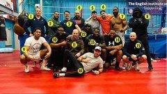 Екипът на Антъни Джошуа по пътя му към завръщане на върха на световния бокс: 1. Робърт Маккракън – треньор; 2. Тайрън Спонг – спартинг партньор; 3. Иън Гат – треньор по физическата подготовка; 4. Нас Ахмед – мениджър по логистиката; 5. Елвис Гарсия – спаринг партньор; 6. Джейми Рейнолдс – треньор по сила и издръжливост; 7. Брайънт Дженингс – спаринг партньор; 8. Бен Илейеми – братовчед и шеф на охраната; 9. Антъни Джошуа; 10. Марчело Мур – брат и мениджър на Андрю Табити, но не е част от лагера на Джошуа; 11. Джоби Клейтън – част от треньорския щаб; 12. Дейвид Ганса – шеф на тренировъчния лагер; 13. Андрю Табити – спаринг партньор; 14. Тимъти Мотен – спаринг партньор; 15. Марк Елисън – нутриционист; 16. Анхел Фернандес – част от треньорския щаб;