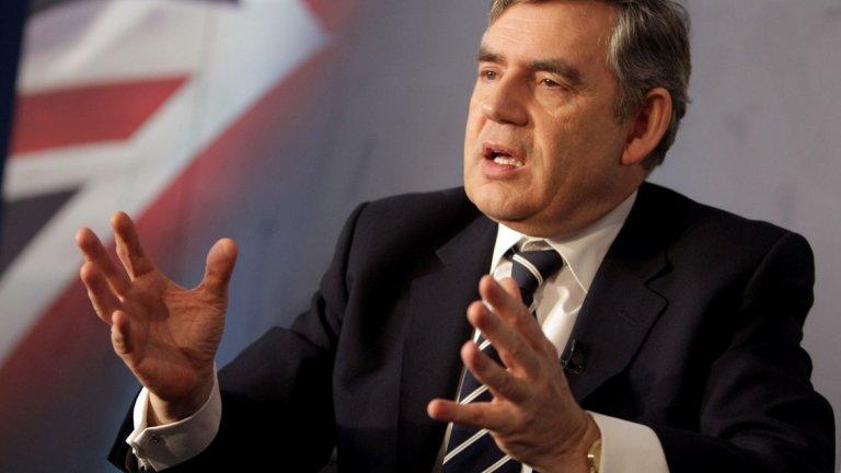 """5. Гордън Браун и """"предубедената жена"""" (2010 г.)  Браун е министър-председател на Великобритания, когато при разговор с жители на Рокдейл в Северна Англия изпада в конфронтация с жена, която оспорва нивата на имиграция в страната. След размяната на реплики с нея, той се качва в колата си, но с все още закачен на дрехите микрофон на Sky News.  Без да съзнава, че микрофонът още е включен, той казва на свой сътрудник, че разговорът е бил """"бедствие"""" и че не е трябвало да го оставят да говори с тази жена. Пита чия е била идеята. На въпроса какво е казала тя, Браун отговаря:  """"Ъх, всичко! Тя е просто предубедена жена, която каза, че била от Лейбъристите. Имам предвид... това е просто нелепо.""""  След този случай Браун посещава жената - Гилиън Дъфи, за да й се извини, като повтаря извинението си и по време на интервю за BBC Radio 2."""