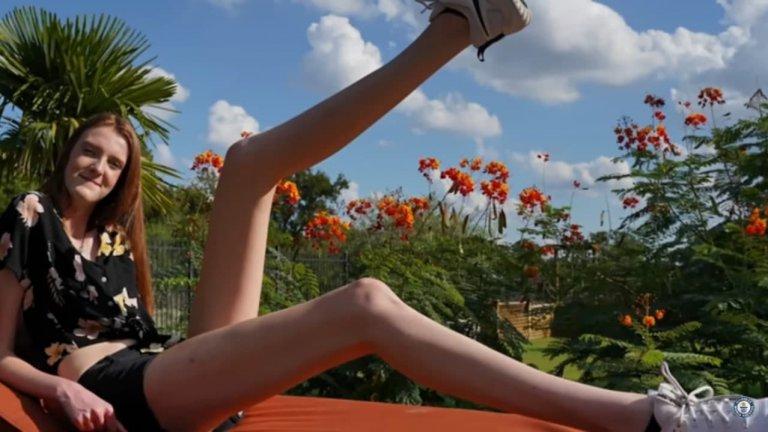 В момента Маки Кърин от Тексас държи рекорда на Гинес за най-дълги крака. Тя е на 17 години и е висока 186 см, като краката ѝ са 60% от този ръст. Всеки неин крак е дълъг 137 см. Тийнейджърката споделя, че среща доста неудобства заради краката си: самолетните седалки и чиновете в училище изобщо не могат да ги поберат. Както може да се очаква, съучениците ѝ са ѝ се подигравали за ръста, но Маки казва, че този период вече е зад гърба ѝ.