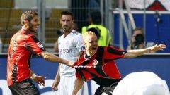 Халил Алтънтоп и Себастиан Роде се радват на гола на втория, с който Айнтрахт откри резултата срещу шампионите от Байерн
