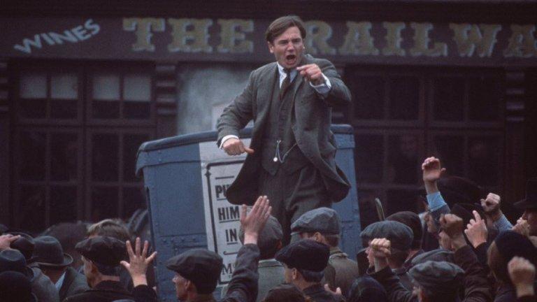 """""""Майкъл Колинс"""" (Michael Collins) (1996 г.) Всеки, който се интересува от история, особено по отношение на събитията, довели до отделянето на Ирландия от Обединеното кралство, трябва да гледа този филм. Лиъм Нийсън влиза в ролята на историческата фигура Майкъл Колинс, поел в ръцете си обединението на ирландците и борбата за независимост след погрома на въстанието от 1916 г. С възгледите си Колинс бързо печели репутация на борец за свободата, но с действията си и търсенето на компромис между британската монархия и интересите на ирландците, лесно губи авторитета сред сподвижниците си, които решават да го убият."""
