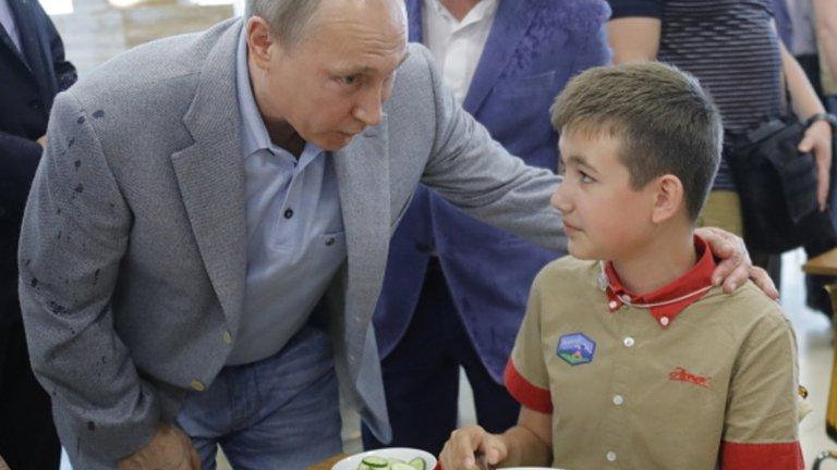 Путин посети детския лагер Артек в Крим, Украйна се изнерви
