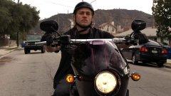 """""""Синовете на анархията"""" (Sons of Anarchy)  Най-познатото заглавие на тази тематика се фокусира върху живота на членовете на мотоклуб от измислен калифорнийски град. В центъра на историята е Джакс Телър (Чарли Хънам), който в първия сезон започва да изпитва съмнения в клуба и отношенията си с хората. Насилие, расизъм, вярност, предателство - през призмата на мототематиката в своите седем сезона Sons of Anarchy представя на зрителите по увлекателен начин общочовешки истории."""