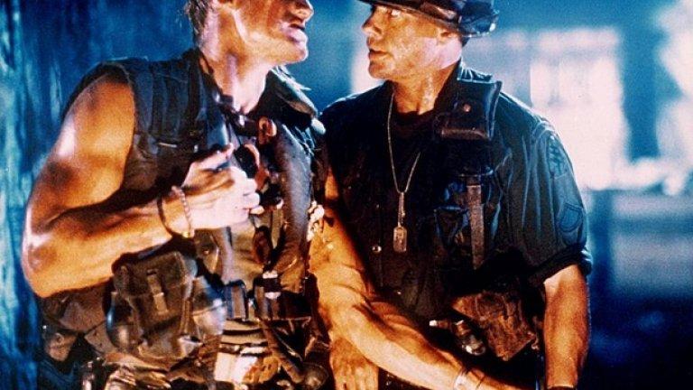 """Поредицата на Сталоун """"Непобедимите"""" събира голяма част от екшън величията от 80-те, които пародират своите най-големи роли. Долф Лундгрен (тук в """"Универсален войник"""") е един от неизменните участници в тези филми"""