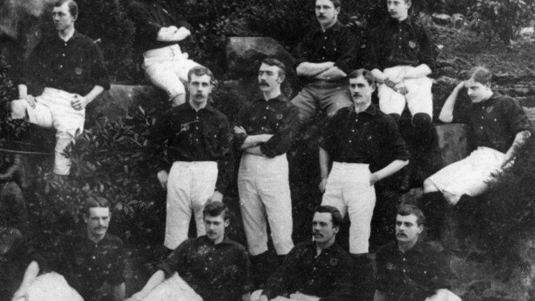 Нотингам ражда първата схема  Първото рационално разположение на футболистите по терена е въведено през 1886 г., когато правилото за засада започва да добива днешния си вид. В Нотингам местните тимове Форест (на снимката) и Нотс Каунти са сред първите, подредили играчите си в схема 2-3-5. Ясно се дефинират задачите на двамата защитници и тримата полузащитници, от които централният се явява нещо като организатор на играта. Тази схема просъществува дълго време, а с нея Уругвай става олимпийски шампион на игрите през 1924 и 1928 г.