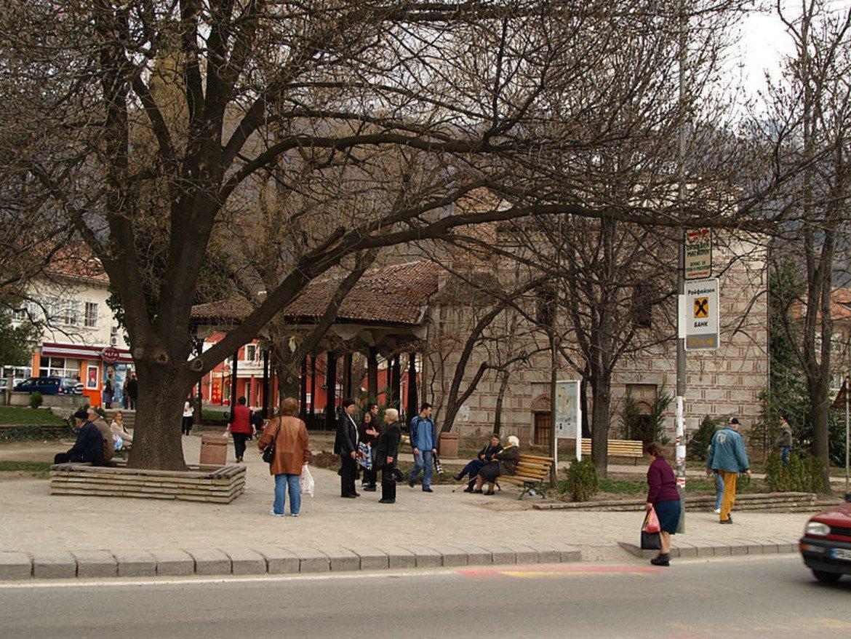 След такава наситена обиколка из българския бит и култура, се разходете по тихите калдъръмени улички, където около 115 къщи, паметници на културата, са отворени за вас, за да се насладите на красиви фасади, дървени порти и кепенци, стенописи по зидовете, китни дворове с асми и чемшири.  Препоръчваме и обиколка наоколо, за да се запознаете с Розовата долина, връх Ботев, Райското пръскало и да се надишате с въздуха на Стара планина.  Снимка: Wikimedia/Svilen Enev