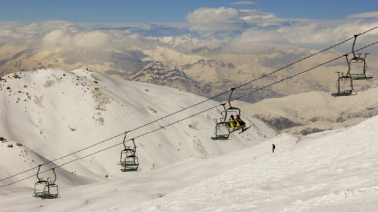 Планината Точал в Иран е висока 3964 метра. До някои от нейните върхове има лифтове. В хубаво време можете да се качите и да се насладите на перфектно спускане по снежните склонове на доскоро недостъпния Иран