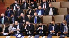 """ГЕРБ, БСП и ДПС гласуваха с """"въздържал се"""" на два пъти върху предложената програма за днешното заседание"""