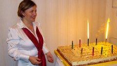 """Жюстин Томс пред тортата за десетия юбилеен конкурс """"Бг сайт"""""""