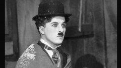 Чарли Чаплин произлиза от артистично семейство. Роден е в Лондон през 1889 г, а майка му и баща му работят като певци и актьори в мюзик хол. Детството му никак не е лесно, тъй като живее в бедност и голяма част от времето прекарва по интернати. Родителите му се разделят, когато той е едва на три години.