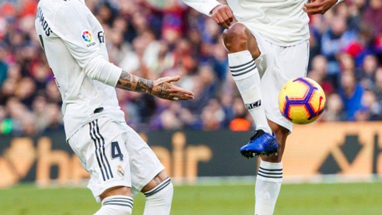 """3. Слабостта в защита Отбранителният вал на Реал е като разграден двор през този сезон. От общо 19 мача във всички турнири Мадрид запази едва седем чисти мрежи. Само две от тях бяха срещу класни съперници – срещу Атлетико (0:0) и срещу Рома (3:0). В същото време, """"белите"""" бяха разковани от Атлетико за Суперкупата (2:4), от Севиля (0:3), от Барселона (1:5) и от Ейбар (0:3). Формата на тима като гост е плачевна. Реал допусна цели 16 от 19-те инкасирани попадения като гост, като това е втората най-слаба форма далеч от дома. Само Уеска е допуснал повече като гост – 19."""