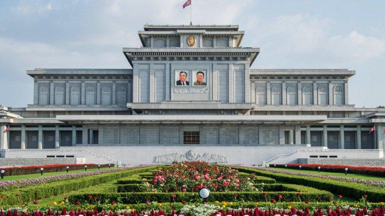 Изолираният режим на Северна Корея е ограничен от мащабни международни санкции заради програмата си за ядрено въоръжаване и нарушаването на човешките права.