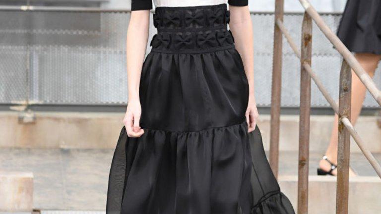 Поли на етажи   Прекрасни и леки многоетажни рокли, които могат да предложат обем, драматичност и удобство едновременно. Такива видяхме на модния подиум, а скоро може би и в нашия гардероб.   На снимката: модел на Chanel