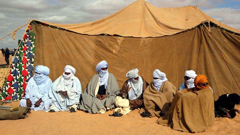 Тези мъже очакват да разберат кой е победителят в годишните надбягвания с камили. Състезанието обаче продължава повече от два часа - време, предостатъчно за сладки приказки на завет до шатрата.