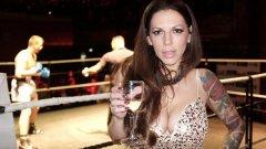 Нина е първата дама, която представя мачовете на ринга по един по-бляскав, холивудски начин