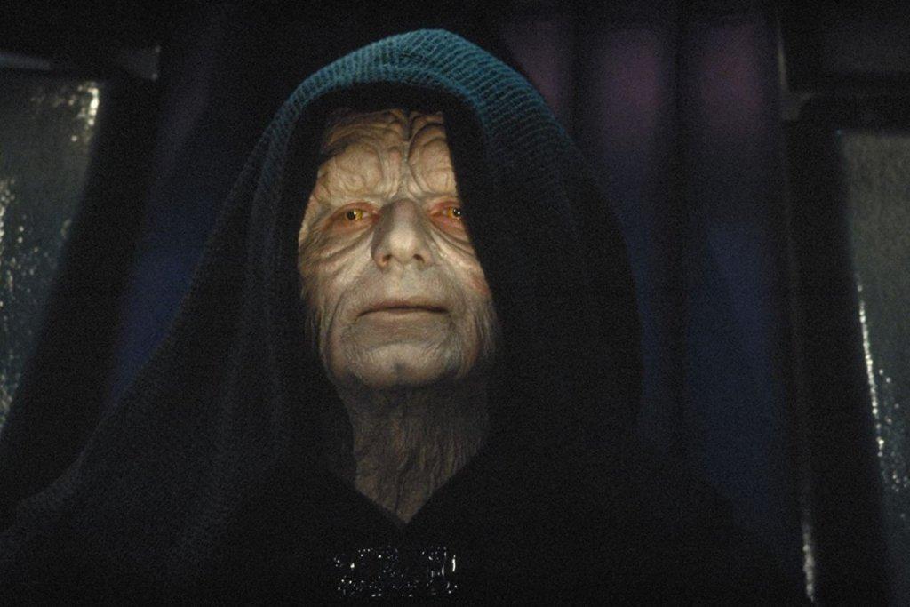"""Император Палпатин (поредицата """"Междузвездни войни"""") Изигран от: Иън МакдърмидФилмовият пример за издигането на един подъл и хитър политик, който постепенно концентрира властта в своите ръце. В началото на сагата виждаме Палпатин като сенатор, уж загрижен за планетата си, но постепенно дори най-близките около него осъзнават, че той е движен само от собствената си амбиция (звучи познато, нали?). Докато се вземат мерки, вече е късно - Палпатин създава изкуствена гражданска война, """"убива"""" демокрацията, провъзгласява се за император, избива всички джедаи, лъже и мами дори дясната си ръка, а накрая се опитва да поквари дори последните рицари в Галактиката - първо Люк, после Рей. Доказателство, че не трябва да имаш вяра на скрити под качулка хора със сенки под очите и зле поддържани зъби, които те канят да се """"присъединиш"""" към тях."""