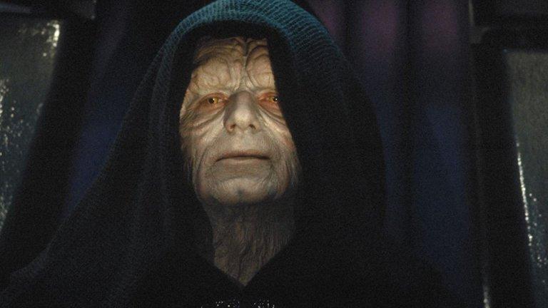 """Император Палпатин (поредицата """"Междузвездни войни"""") Изигран от: Иън Макдърмид  Филмовият пример за издигането на един подъл и хитър политик, който постепенно концентрира властта в своите ръце. В началото на сагата виждаме Палпатин като сенатор, уж загрижен за планетата си, но постепенно дори най-близките около него осъзнават, че той е движен само от собствената си амбиция (звучи познато, нали?). Докато се вземат мерки, вече е късно - Палпатин създава изкуствена гражданска война, """"убива"""" демокрацията, провъзгласява се за император, избива всички джедаи, лъже и мами дори дясната си ръка, а накрая се опитва да поквари дори последните рицари в Галактиката - първо Люк, после Рей. Доказателство, че не трябва да имаш вяра на скрити под качулка хора със сенки под очите и зле поддържани зъби, които те канят да се """"присъединиш"""" към тях."""