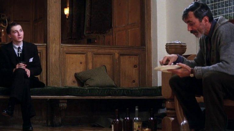 """""""Ще се лее кръв""""  Финалът на гениалния magnum opus на Пол Томас Андерсън има размаха на кулминацията на епичен американски роман. Човекомразецът и петролен магнат Даниъл Плейнвю (Даниел Дей Луис) се разправя със своя най-голям враг (след себе си) – коварния проповедник Илай Съндей (Пол Дейно), в частната боулинг зала на огромното си празно имение.   Алкохолизираният Плейнвю е победител в словесната и физическа схватка, но и за него вече е късно. Финалната капитулация на самосъздалия се и саморазрушил се могъщ капиталист идва с музиката на Йоханес Брамс в болезнено красив завършек."""