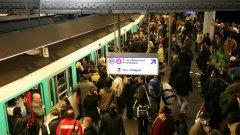 Мащабна стачка в метрото доведе до истински хаос в Париж, сравняван с този от протестите във френската столица през 2007 г.