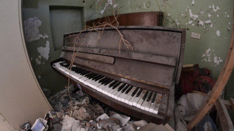 В една от стаите намираме старо пиано. Звукът от прашните му клавиши отеква глухо в тишината на безвремието
