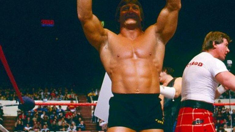 """Първата Wrestlemania в историята се състоя през 1985 г. в """"Медисън Скуеър Гардън"""", като Пол Орндорф, известен като Мистър Прекрасен и Роби Пайп направиха паметен мач на двойки срещу Хълк Хоган и Мистър Ти. На снимката Орндорф разнася портрет на Мистър Ти и го вика за битка подигравателно."""