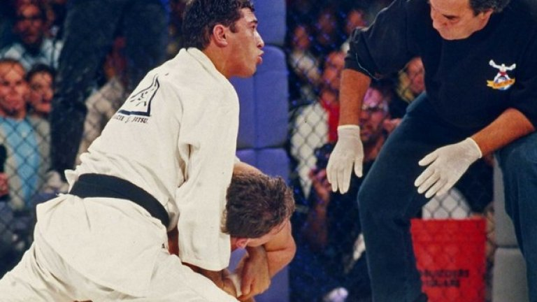 1993, Колорадо. Смесените бойни изкуства се превръщат в независим спорт. Кървавият турнир привлича огромен интерес.