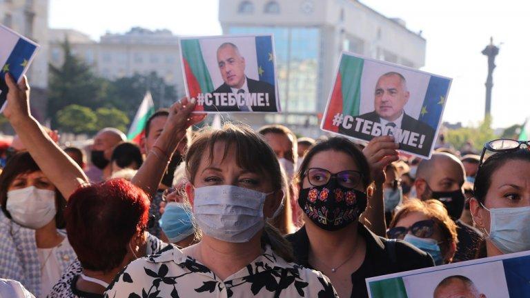 """""""Тук сме, за да покажем, че не работим за мафията, а за хората. Някой се опитва да ни внуши, че ние работим за мафията"""", каза Сачева протестиращите."""