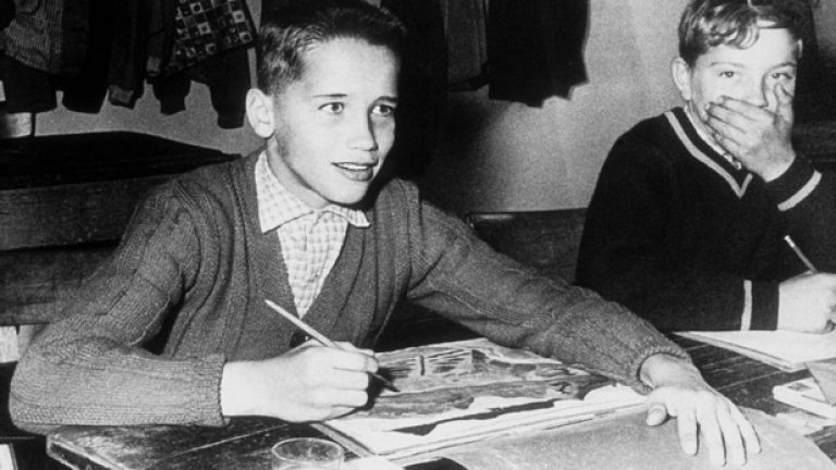 11-годишният Арнолд позира за снимка в час по изобразително изкуство през 1958 година.