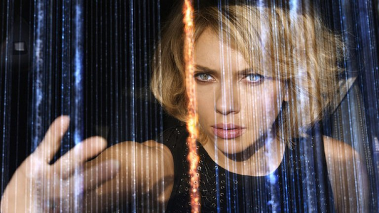 Скарлет Йохансон е експерт по екшън героини. Тя играе супернадарената Люси в едноименния филм на Люк Бесон. В лентата тя прави невероятни неща благодарение на забранена субстанция, която увеличава многократно умствените и физическите й възможности.