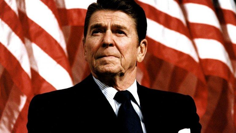 """1. """"Започваме да бомбардираме след пет минути."""" (1984 г.)  По време на Студената война президентът на САЩ Роналд Рейгън разпалва дипломатически пожар със закачка към СССР. По време на проверка на звука преди ежеседмичното му обръщание към нацията по радиото, Рейгън си прави майтап със звукооператорите, които го записват за радиото NPR.  """"Мои скъпи американци, за мен е удоволствие да ви кажа днес, че подписах закон, с който Русия ще изгонена от обществото завинаги. Започваме бомбардирането след пет минути"""", казва Рейгън.  Макар шегата да не се чува в ефир, по-късно се появява запис със нея. В резултат от това съветски войски са вдигнати на тревога по източната граница на СССР, а коментарите на Рейгън са порицани от Съветския съюз."""