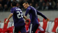 Анхел ди Мария поздравява Кристиано Роналдо за първия от двата му гола във вратата на Аякс
