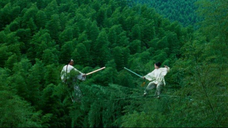 """""""Тигър и Дракон"""" - Двубоят върху дърветата  В много случаи екшън филмите проявяват абсолютно неуважение към законите на физиката в стремежа да си към повече спектакъл и ефекти. И докато това може да изглежда по абсурдно гротескен начин като в """"Бързи и яростни"""" например, то при """"Тигър и дракон"""" съвсем не е така. Малко отричане на гравитацията съчетано с китайска естетика и мечове в крайна сметка произвеждат една абсолютна класика."""