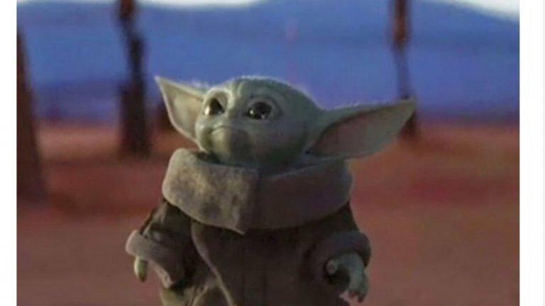 """Бебе Йода   """"Съм аз най-сладката принцеса на Disney"""", бъзика се Twitter с бебето Йода, но зеленият CGI мъник е най-обсъжданото нещо от началото на """"The Mandalorian"""". Дори и хората, които никога не са гледали и минута от """"Междузвездни войни"""", се умиляват от вида му и не спират да говорят за него.   Иначе за създанието не се знае много, освен че всъщност това не е Йода, а е бебе от неговата раса, и че всъщност дори не съвсем бебе, защото е на 50 години. Но иначе е сладко, владее Силата и когато сериалът доскучае, винаги могат да го пуснат, за да му се порадват зрителите и да забравят всичко друго."""