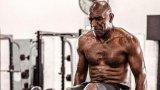 Ивендър Холифийлд демонстрира невероятна форма на 57 години