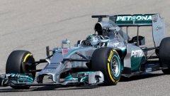 Пилотите на Mercedes взеха скромен аванс в Малайзия