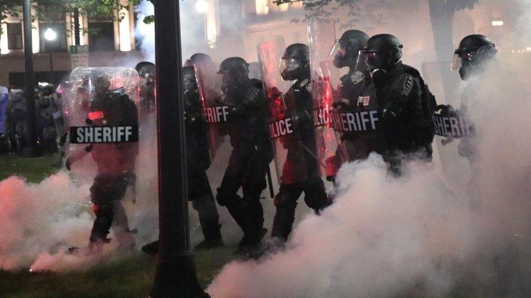 """Губернаторът на щата - Тони Евърс, обяви въвеждането на извънредното положение във вторник следобед. Според заповедта му се позволява на щатските власти """"да осигурят безопасността и закрилата на хората на Кенош и други общности в Уисконсин""""."""