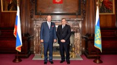 Проф. Джоузеф Мифсуд (вдясно) в компанията на руския посланик в Лондон Александър Яковенко