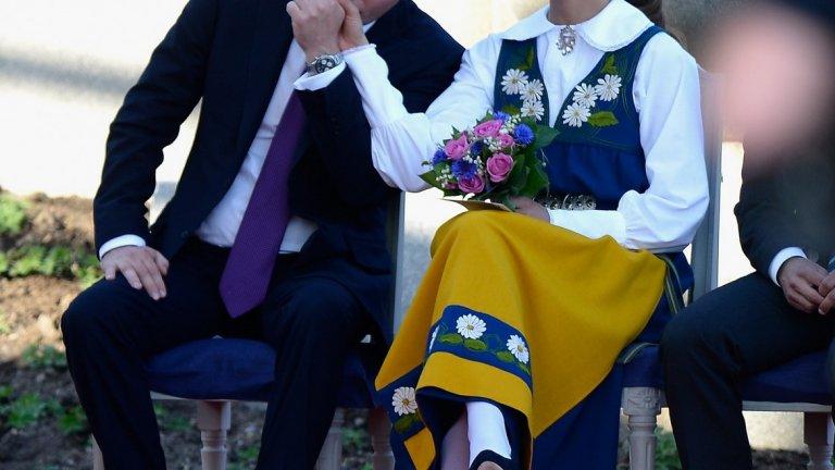 Кристофър О'Нийл, който има британско и американско гражданство, работи като финансист, докато съпругата му изпълнява кралски задължения и работи с фондации с нестопанска цел. Появява се заедно с кралското семейство при големи поводи.  Децата на принцеса Маделин и г-н О'Нийл също се очаква да работят в бъдеще. Те не се водят част от шведския кралски двор, тъй като не са в пряка линия наследници на трона.