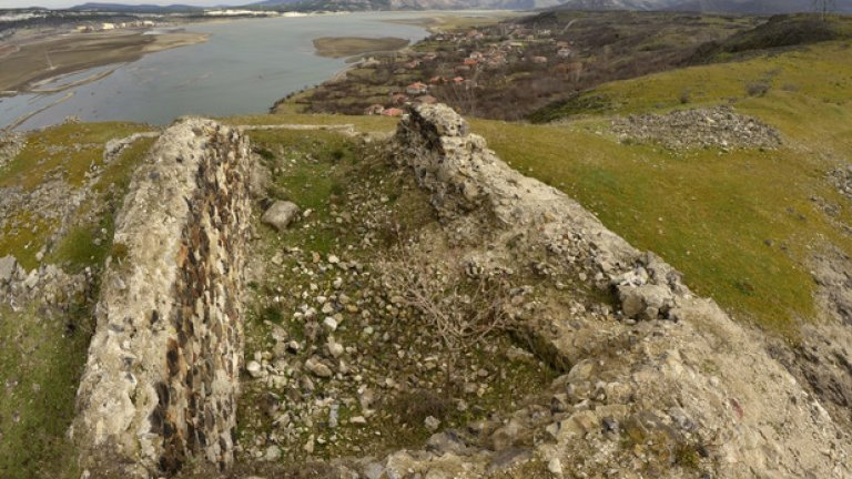 При разкопки през 70-те години, на територията на крепостта са открити следи от землянки и основи на пещи.
