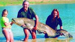 Около 70-килограмов сом, уловен от щастливо семейство