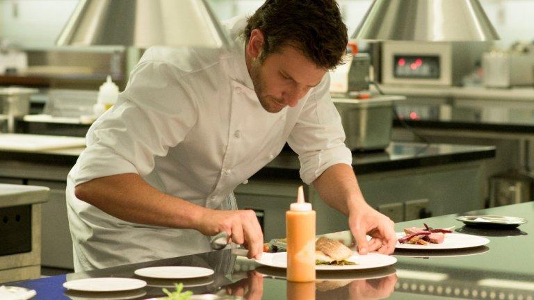 """""""Повелителят на кухнята"""" (Burnt) Тук Брадли Купър е Адам Джоунс – главен готвач, който е готов на всичко, за да спечели заветната звезда """"Мишлен"""". Фантазията и амбициите му раждат невероятни ястия, които смайват дори и най-капризното небце, макар че по пътя до мечтаното отличие Адам ще се сблъска с не едно и две препятствия. На екран му партнират Сиена Милър и Даниел Брюл, които допълват по перфектен начин каста."""