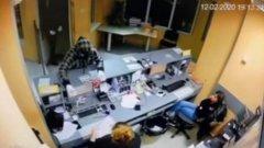 Двама мъже са заплашили с нож касиерката в пункта