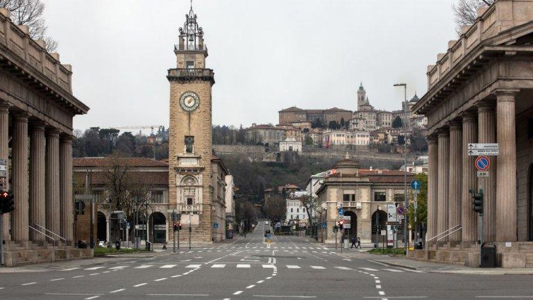 Безлюдният град Бергамо, Италия, който се намира близо до Милано - един от най-засегнатите от коронавируса райони в страната.