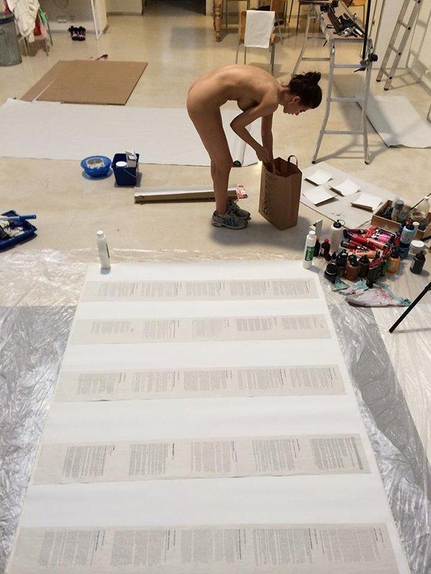 Художничката и пърформанс артист Мило Моаре създава абстрактни картини, като изтласква яйца, пълни с боя и мастило от своята вагина
