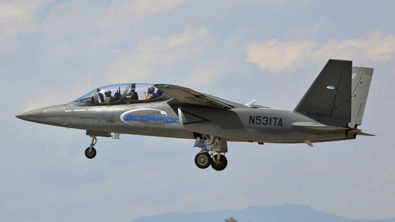 Scorpion е двумоторен самолет, който има двучленен екипаж. Идеята е, че единият пилот управлява самолета, докато другият борави с въоръжението и разузнавателното оборудване.
