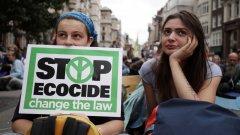 Активисти смятат, че така ще предотвратят климатичния Апокалипсис